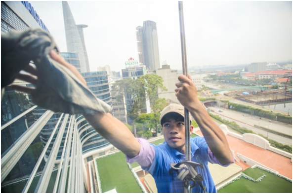 Bet your life on the profession of cleaning high-rise glass in Nha Trang